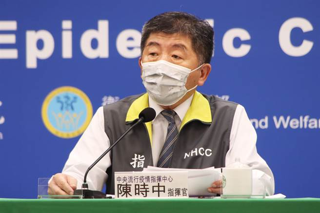 教育部長潘文忠出席指揮中心記者會,說明停課相關事宜,記者會由部長陳時中主持。(圖/指揮中心提供)