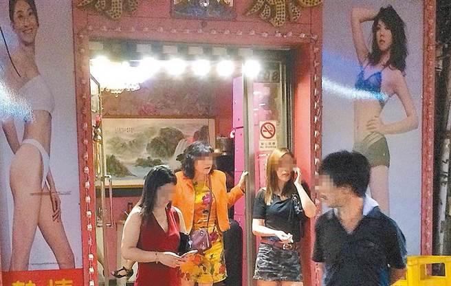 Time宣稱一間祕密小茶館(a little secret tea)戳破了全世界最吹牛的台灣防疫。萬華茶室成為Covid-19英國變種病毒傳播鏈的台灣地標。(中時資料照/陳怡誠攝)