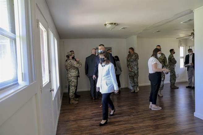 斯佩爾批評美陸軍官兵營房條件不佳,要求盡快改善以免損害軍人權益。圖為斯佩爾(中)月初參觀胡德堡營房。(圖/DVIDS)