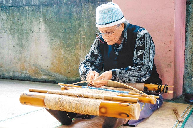 噶瑪蘭族香蕉絲織布保存者嚴玉英。(文化部提供)