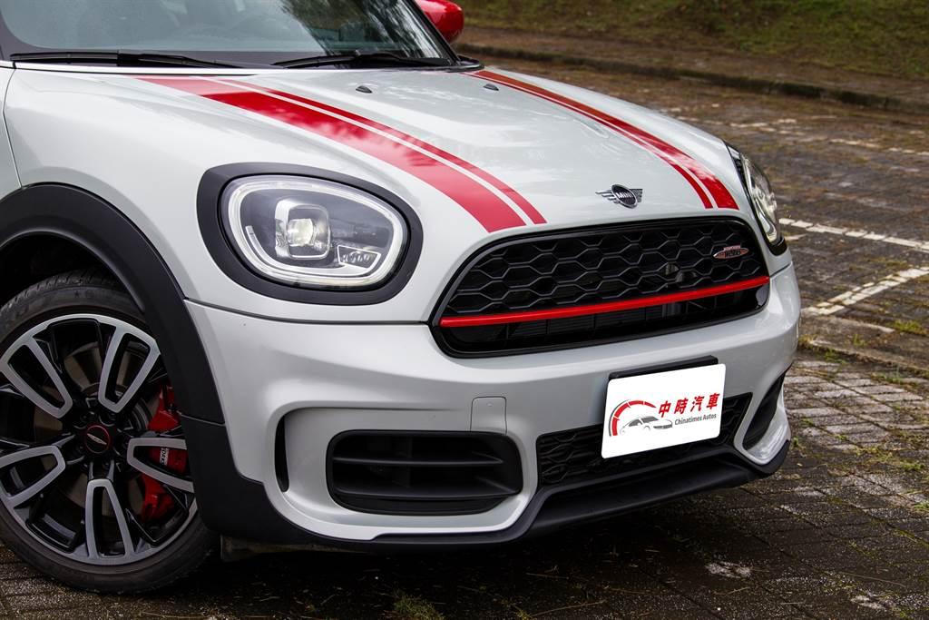 試駕車除了選用小改款後推出的White Silver新車色,還加選JCW專屬引擎蓋、尾門紅色賽車飾條,以及Piano Black黑色高光澤處理,可愛之中更添肅殺之氣。