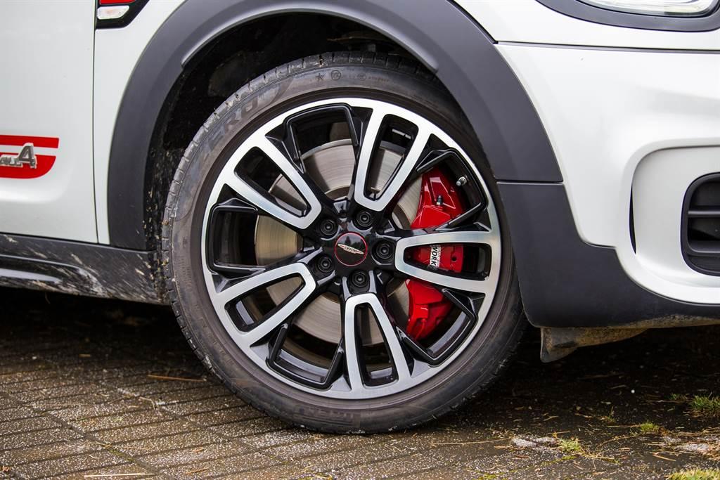 搭配JCW專屬的19吋雙色Circuit Spoke輪圈,與P Zero失壓續跑胎。