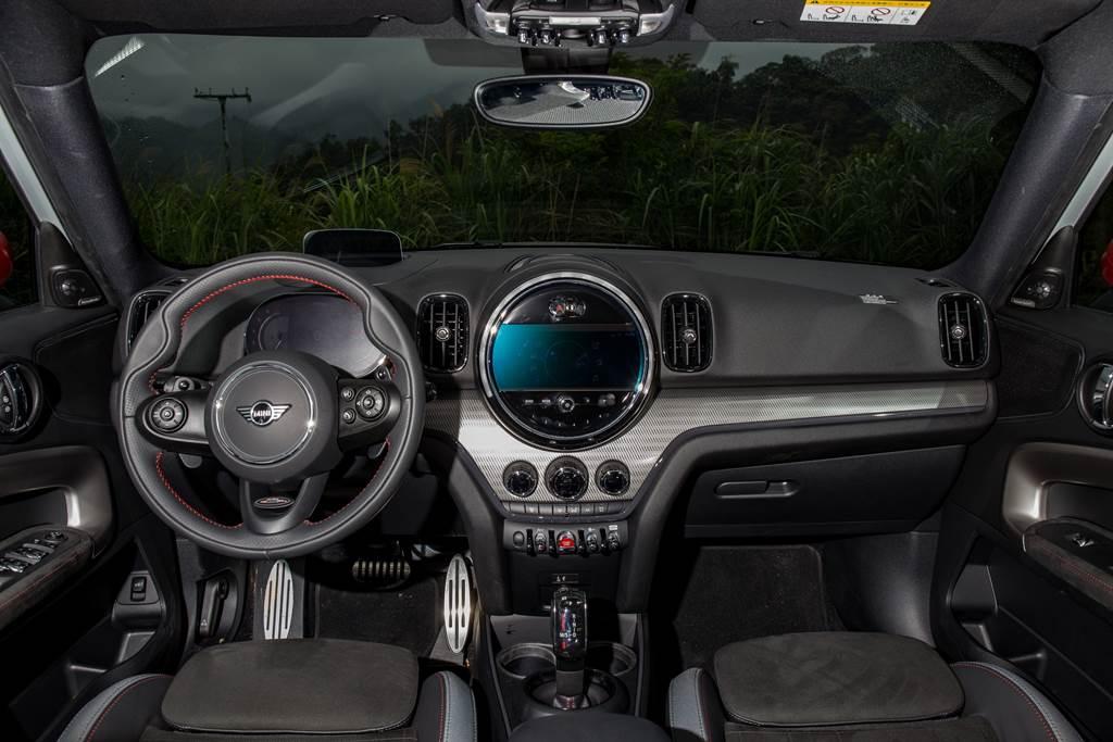內裝設計一直是MINI的一大特色,具備大量的圓型元素,而JCW車型更在多處採用麂皮與紅色縫線,加強運動氛圍。