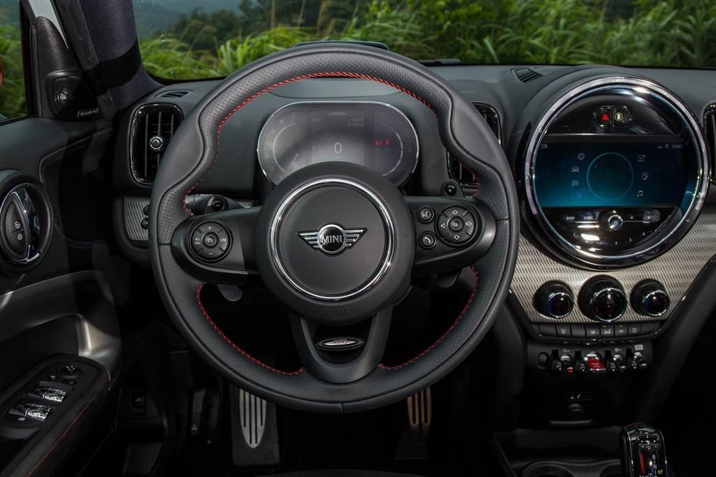 方向盤並非平把式設計,但以紅色縫線與6點鐘方向的JCW銘牌來凸顯運動跑格,同時也是車系中唯一提供換檔撥片的車型。
