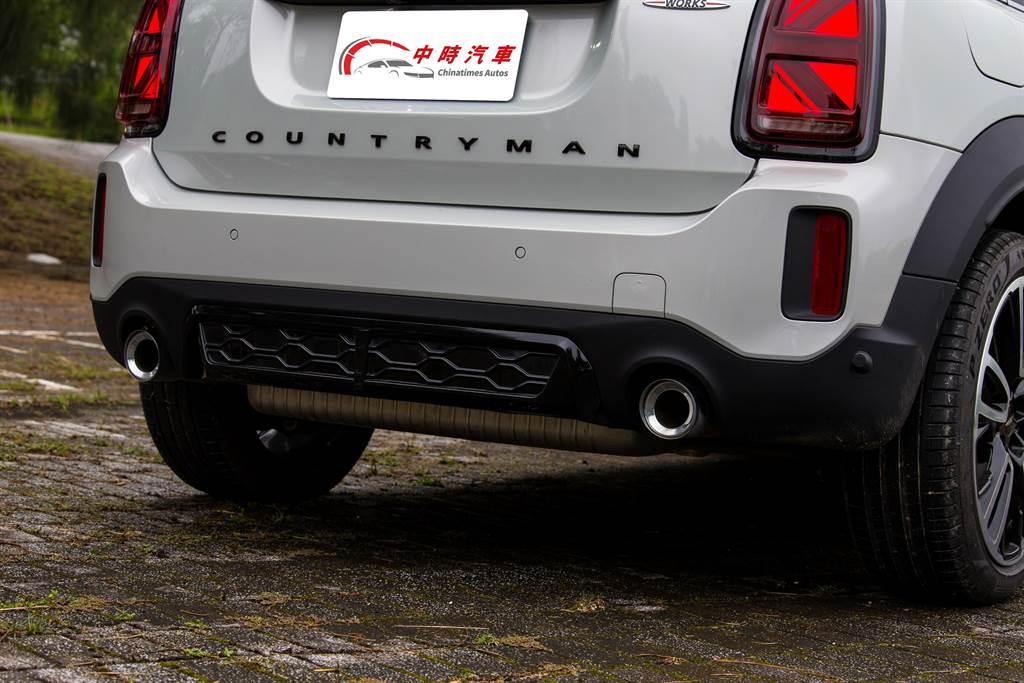 95mm的排氣尾管雖然相較於20年式車型要加大10mm,但其聲浪在車外聽來卻沒有過往囂張的氣焰,變得較為低沈,特別的是在車內比車外還要澎湃。