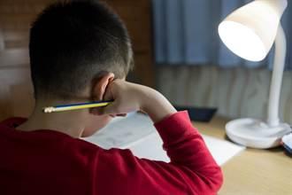 兒拿47分考卷要簽名 爸沒責備轉身先搬貨 網看哭:最強身教