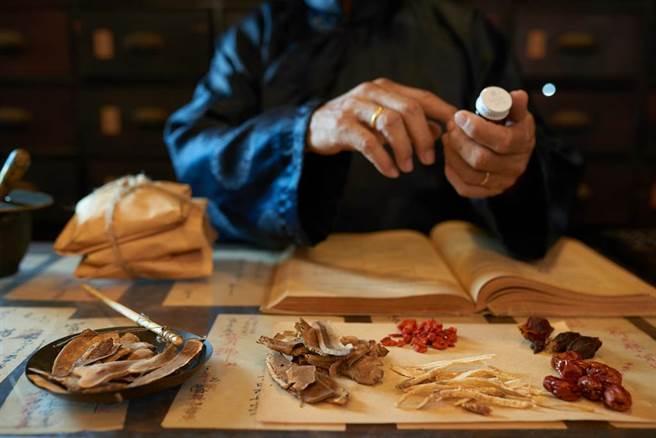 治癒新冠旅美名中醫:「清冠一號」效果有限,若誤用反加重病情。(示意圖/Shutterstock)