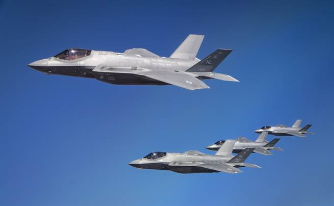 蘇愷公司正自行研發新單發動機匿蹤戰機,有望與F-35在國際市場上分庭抗禮。圖為美空軍F-35A和以色列F-35I在演習中編隊飛行。(圖/美國空軍)