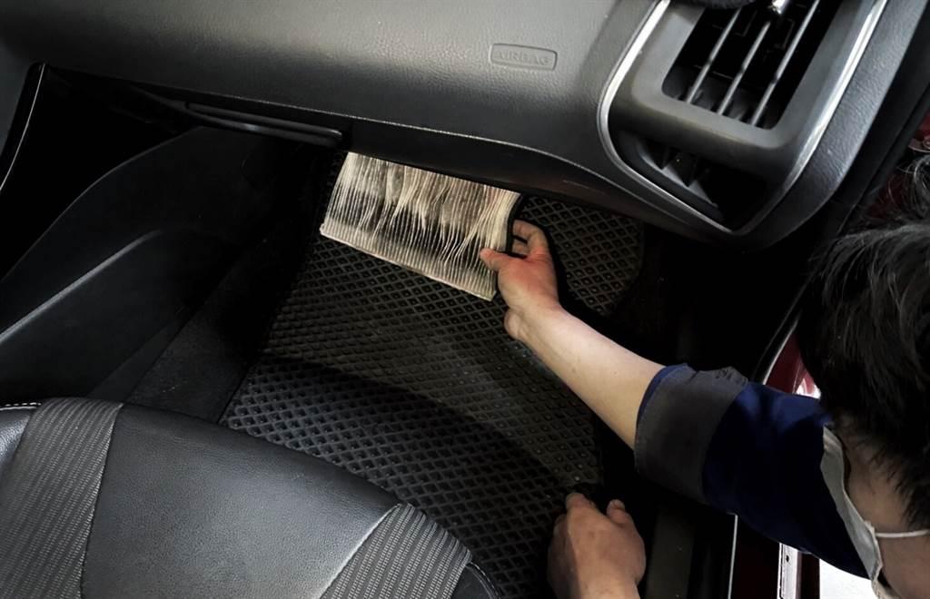 空調濾網在長期行駛後濾網吸附許多髒汙,須定期前往具有原廠認證的專業服務廠更換。