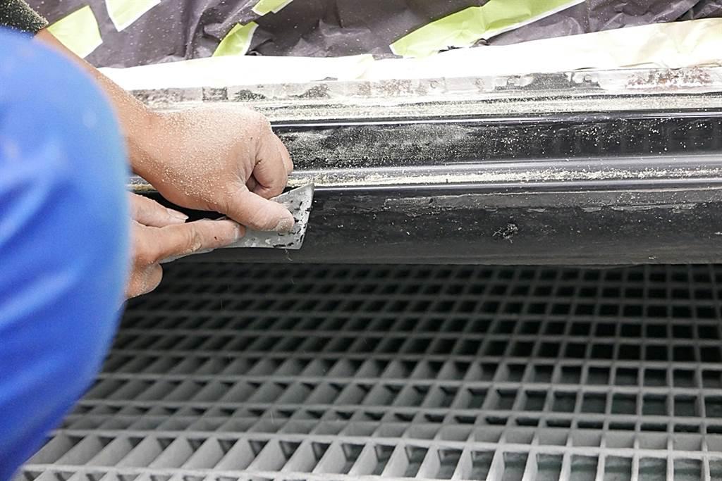 除了鏽蝕,殘膠也是去除重點,這樣便於之後烤漆的平整度。