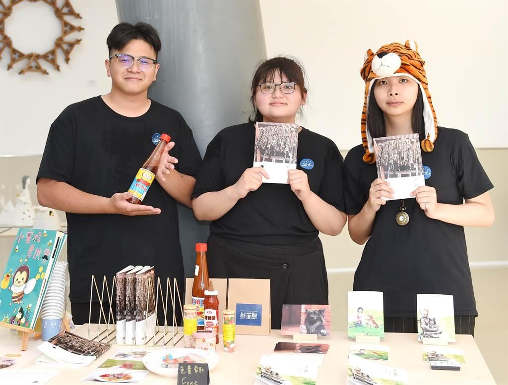 靜宜台灣文學系畢業成果展「鯨落島」,不僅獲得高度評價,學生也自創品牌,畢業順利創業。(靜宜大學提供)