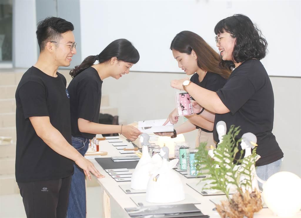台文系畢業成果展最大特色是學生在出版品、傳統工藝等文創作品中,融合台灣文學的散文、詩、小品文、動畫及影片敘事等創意元素。(靜宜大學提供)