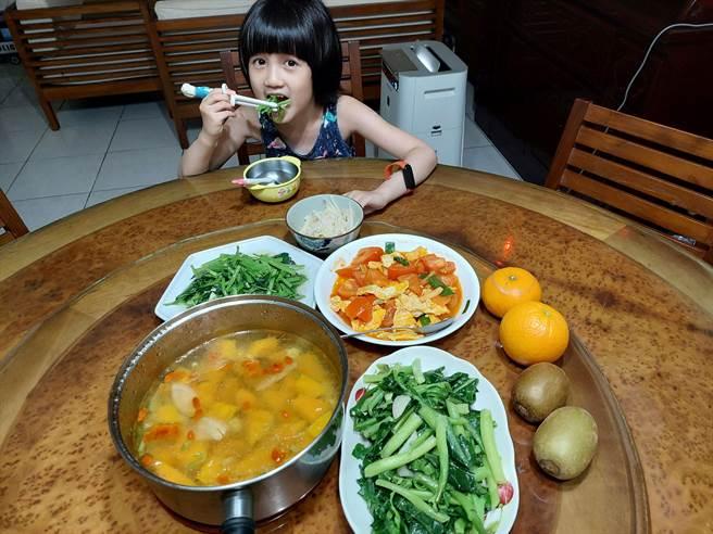幫我刪惡視力(853240)中提出彩虹「5」蔬果,也是居家學習健康護眼秘訣。(新北市教育局提供)
