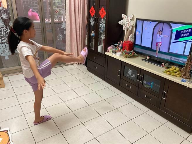 後埔國小余同學在下課20分鐘,跟著「自主學習動健康」影片做伸展操。(新北市教育局提供)