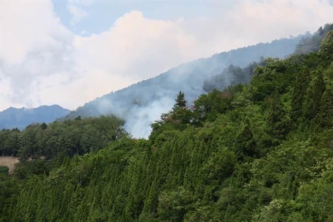 大梨山環山部落對面山頭冒出濃濃白煙,空勤直升機緊急出動投水搶救。(民眾提供/王文吉台中傳真)