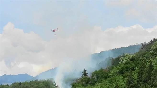 環山部落對面的山頭突然冒白煙,空勤直升機緊急出動投水搶救。(民眾提供/王文吉台中傳真)