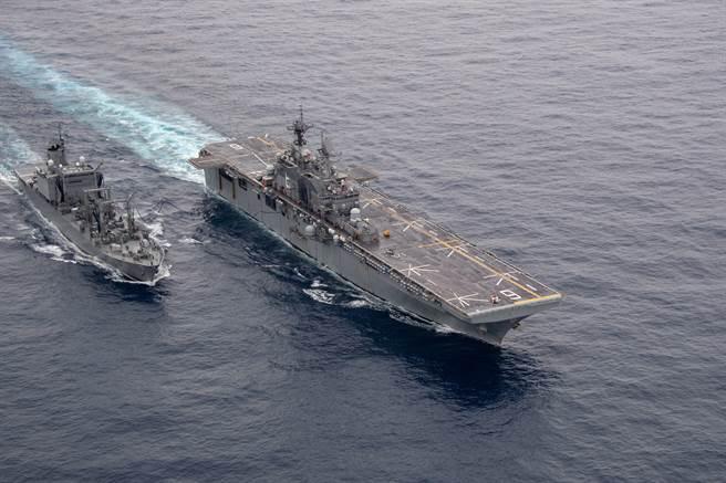 在「雷根號」打擊群離開西太平洋期間,「美利堅號」將於該區域發揮更重要的作用。圖為「美利堅號」與海自補給艦進行海上補給。(圖/美國海軍)