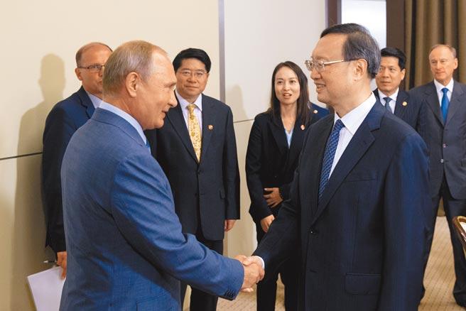 俄羅斯總統普京(前排左)會見楊潔篪。(新華社資料照片)