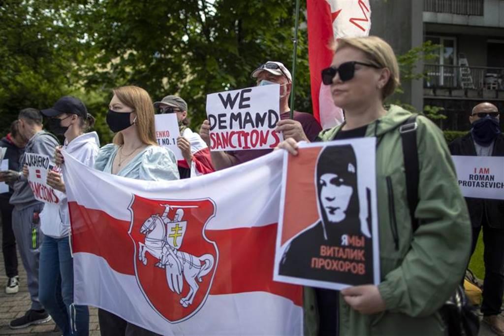 在白俄罗斯强硬逮捕反对派记者后,各方外交冲突愈演愈烈。图为立陶宛民众上街要求白俄罗斯释放普罗塔塞维奇。(图/美联社)(photo:ChinaTimes)