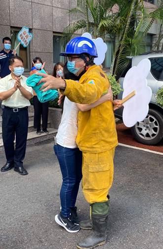 搶救玉山大火半個月沒回家 妻緊抱打火英雄丈夫感動數萬網友
