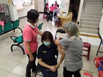 強化員警防疫保護力 新營警分局長斯儀仙帶隊打疫苗