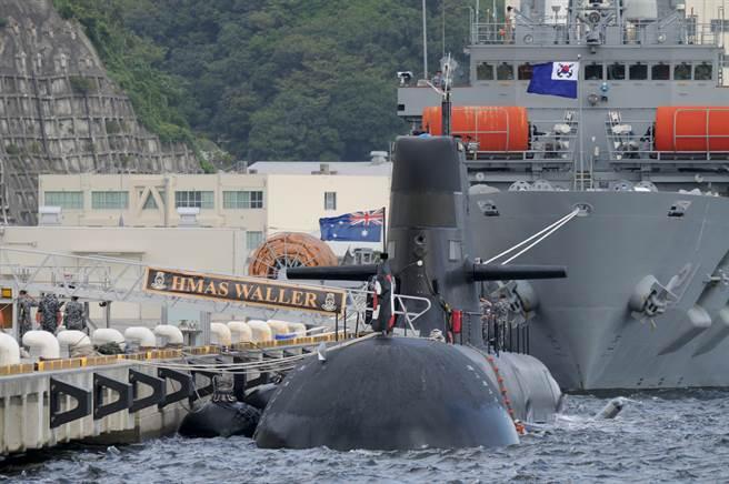 澳洲海軍柯林斯級(Collins-class)潛艦老舊,亟需新艦汰換,圖為該級潛艦「瓦勒」號(HMAS Waller,SSG-75)在日本神奈川的資料照。(達志影像/Shutterstock)