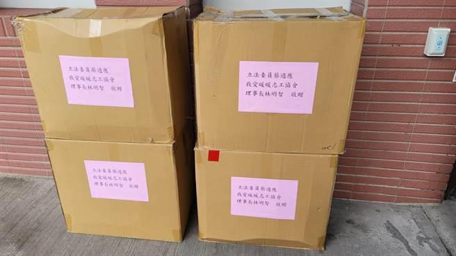 立委蔡適應及服務處主任林明智今(28日)協助捐贈防疫物資。(礦工醫院提供)