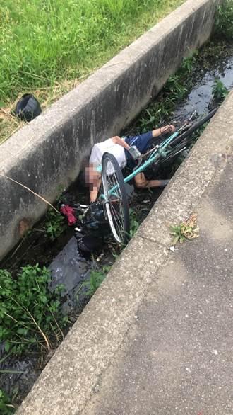 高齡老翁精神恍惚騎自行車跌入水溝 警方緊急救援