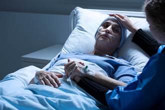 台大護理師1舉動 放棄急救女淚喊:我要活下去 逼哭萬人