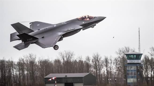 由於F-35發出的噪音高於F-16,荷蘭呂伐登空軍基地收到大量噪音投訴。圖為荷軍F-35。(圖/呂伐登空軍基地推特)