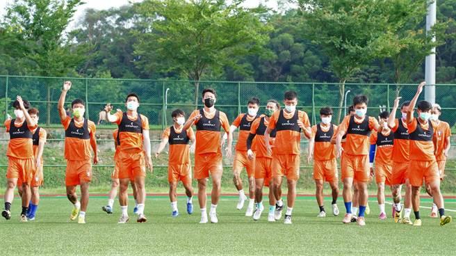 中華男足在疫情籠罩下,採泡泡模式、戴口罩集訓備戰,29日啟程出征科威特。(中華足協提供)