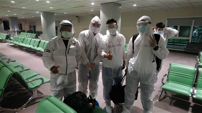 中華男足均已接重心新冠疫苗,並全員穿著護目鏡、防護衣搭機,飛往科威特參加世足資格賽。(中華足協提供)