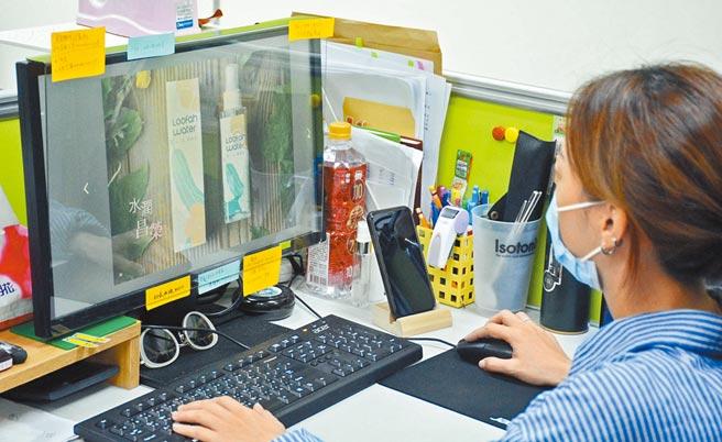 屏縣府農再辦公室推出電子型錄,收錄全縣18個農村再生社區、50款社區特色產品。(林和生攝)