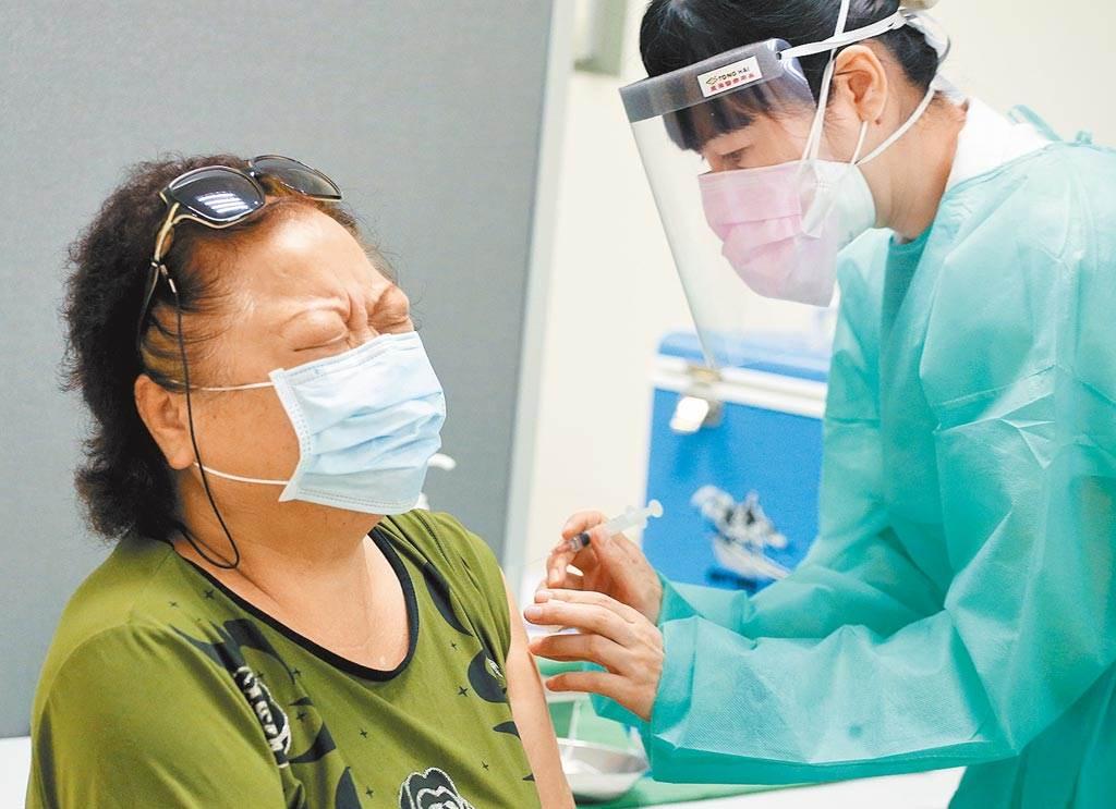 示意圖。圖為板橋亞東醫院開放院內醫護及工作人員施打疫苗,1位民眾打針前緊張地緊閉雙眼。(圖/本報系資料照)
