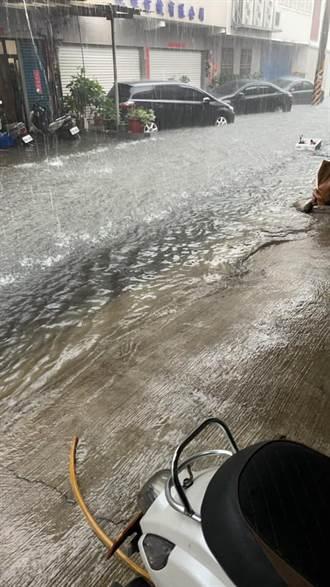 彰化曉陽地下道淹水封閉 鹿港天后宮變池塘 網曬照:划船了