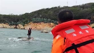 金門釣客受困礁石 海巡署船艇救援上岸