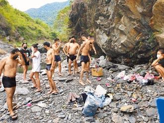 年輕男女群聚戲水 六龜警方舉發11人
