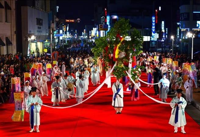 江陵地區的端午祭,包含了祭祀、演戲、遊戲等內容。儀式所祭祀的神靈是「大關嶺山神」或大關嶺城隍,保存了完整的形式和內容,是江陵端午祭的核心。(圖/韓國觀光公社)