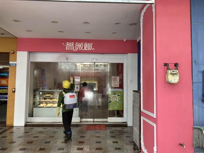 確診者曾去過薔薇派豐原總店,台中市環保局派員加強清消。(台中市疫情指揮中心提供/王文吉台中傳真)