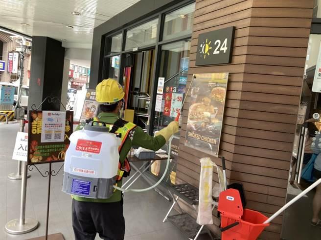 確診者曾去過麥當勞豐原和平店,台中市環保局派員加強清消。(台中市疫情指揮中心提供/王文吉台中傳真)