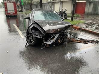 總統官邸旁驚傳車禍 保時捷撞斷路燈車頭全毀4傷