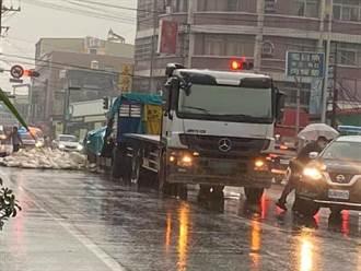 大貨車運載麵粉袋掉落阻道 阿蓮警方冒雨排除