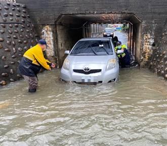 車拋錨積水涵洞 警所所長防疫宣導展開神救援