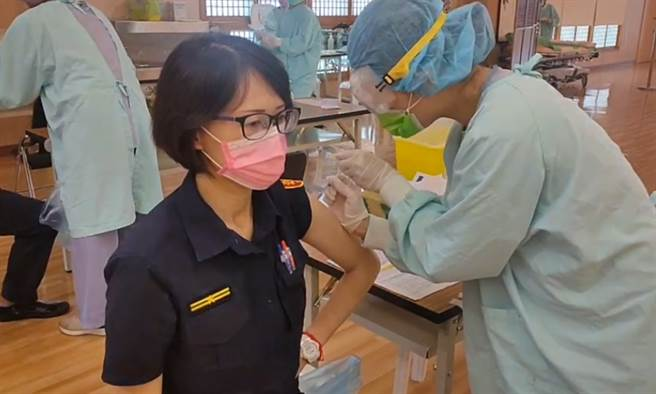 台中千名員警目前已647人,在慈濟醫院完成疫苗接種。(圖/翻攝自畫面)