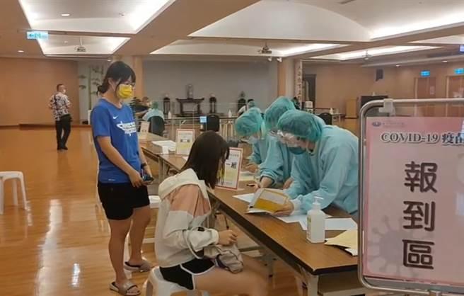 台中警陸續到慈濟醫院接種疫苗。(圖/翻攝自畫面)