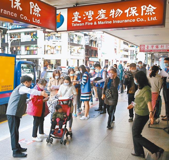 台灣產物保險推出防疫保單引起民眾搶買,台灣產物總部門口還曾出現爆炸性的投保人潮,民眾推著小孩子也要來搶搭投保末班車。(陳君瑋攝)