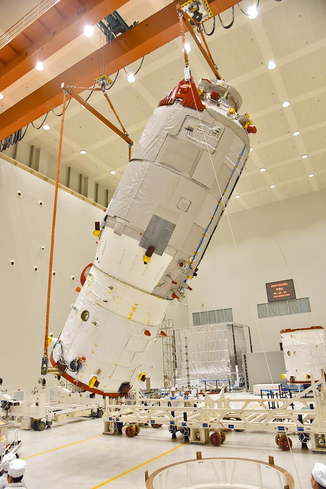 海南文昌航天發射場29日成功發射天舟二號貨運飛船,中國太空站天和核心艙迎來首位「訪客」。圖為天舟二號貨運飛船。(中新社)
