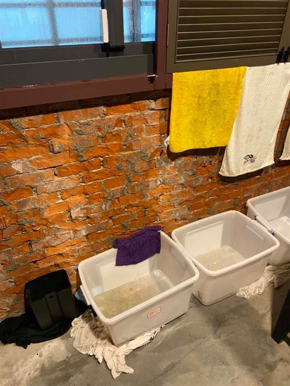苗可麗曬家裡漏水慘況。(圖/翻攝自臉書)