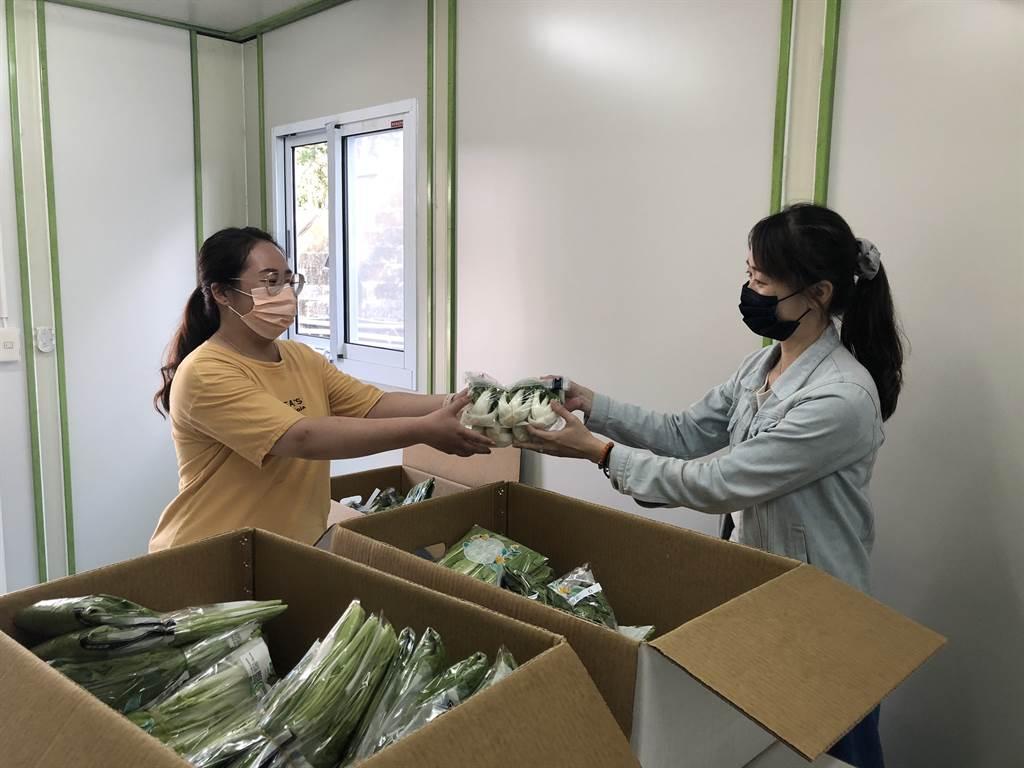 中華汽車防疫補給站為同仁採購逾百斤之新鮮蔬菜。