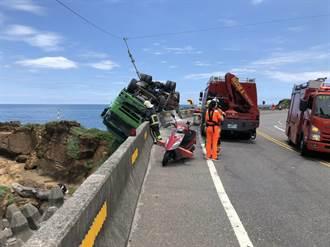 瑞芳區聯結車擦撞護欄 翻覆道路外岩岸